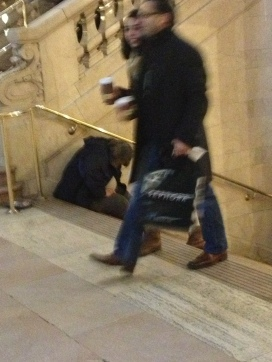 aimee homeless at grandcentral with shoppers